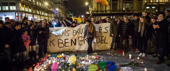 22/03/2016 Bruxelles, nella piazza davanti alla Borsa molte persone hanno reso omaggio alle vittime degli attentati terroristici rivendicati dall'Isis . La frase sullo striscione dice Je suis Bruxelles