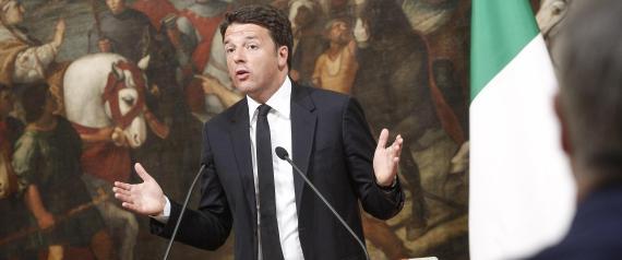 Il presidente del Consiglio Matteo Renzi commenta a Palazzo Chigi, davanti ai giornalisti, il risultato del referendum sulle trivelle, Roma, 17 aprile 2016. ANSA / GIUSEPPE LAMI